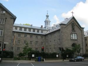 Le monastère du Bon-Pasteur, 100, rue Sherbrooke Est à Montréal, dans lequel se trouve la chapelle historique. (Source : Jeangagnon, Wikimedia Commons, CC BY-SA 3.0)